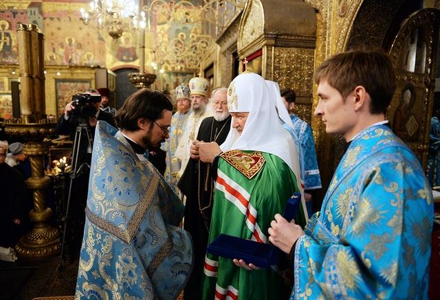 Протоиерей Владимир Хулап получает докторский крест