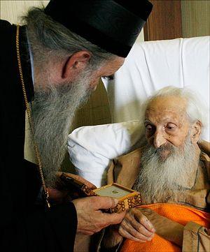 Митрополит Амфилохий навещает больного Патриарха Павла