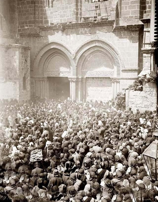 Паломники у Храма Гроба Господня в Иерусалиме. Фото начала XX в.