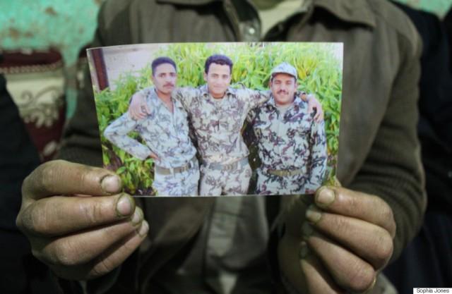 Йусуф - на фото справа. Фотографию держит его брат Шенуда