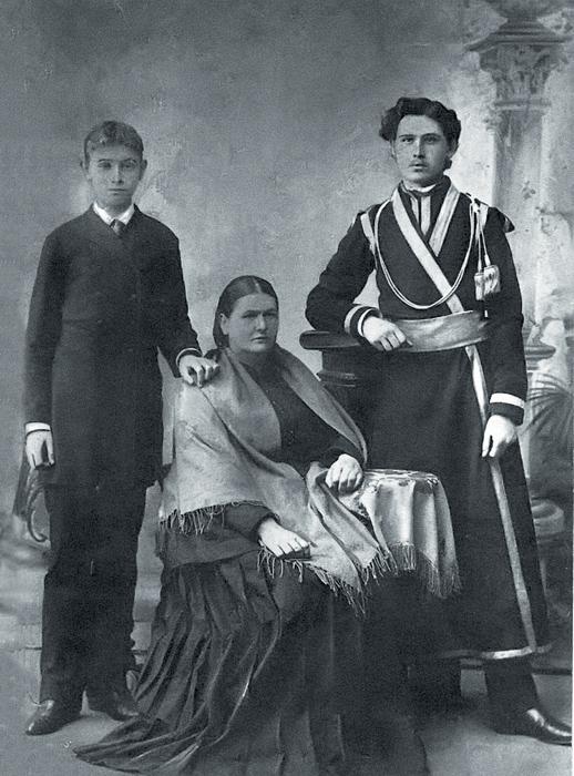 Братья Николай (слева) и Константин Розовы с матерью