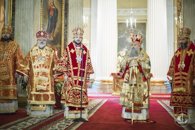 Духовная академия молилась за пасхальной вечерней в Александро-Невской лавре