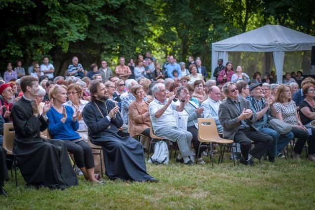 Мужской хор Санкт-Петербургской духовной академии выступил с концертами во Франции