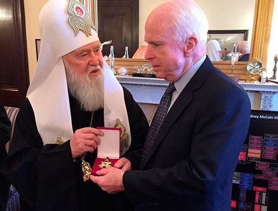 Лжепатриарх Филарет (Денисенко) награждает сенатора США Джона Маккейна церковным орденом