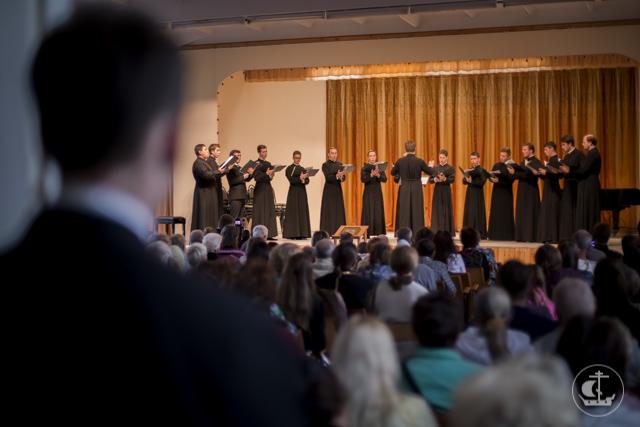 Архиепископ Петергофский Амвросий совершил литургию в Софийском соборе Великого Новгорода