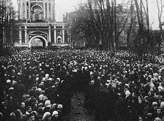 Толпы народы в Донском монастыре, пришедшие проститься со своим Патриархом. Отчеты оперативников о похоронах Патриарха Тихона вошли отдельными материалами в его следственное дело.