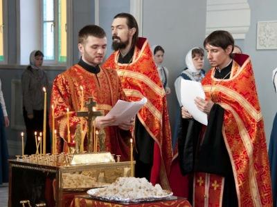 В СПбДА в День Победы отслужили молебен и литию