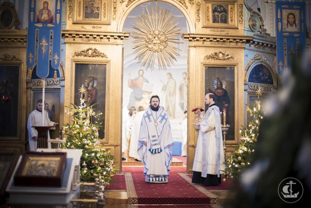 В святочные дни в академическом храме проходят ежедневные богослужения