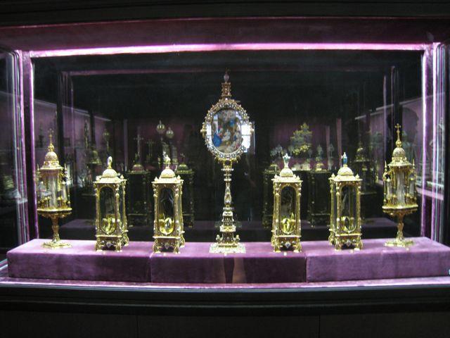 """В заключительной части рассказывается о церковных экспонатах и реликвариях с 39 по 74-й, хранящихся в """"Камере реликвий"""" мюнхенского Музея Резиденции. Здесь же содержится информация и о мощах св. Иоанна Предтечи и сщмч. Дионисия Ареопагита, епископа Афинского, которые несколько веков назад находились в Московском Кремле."""