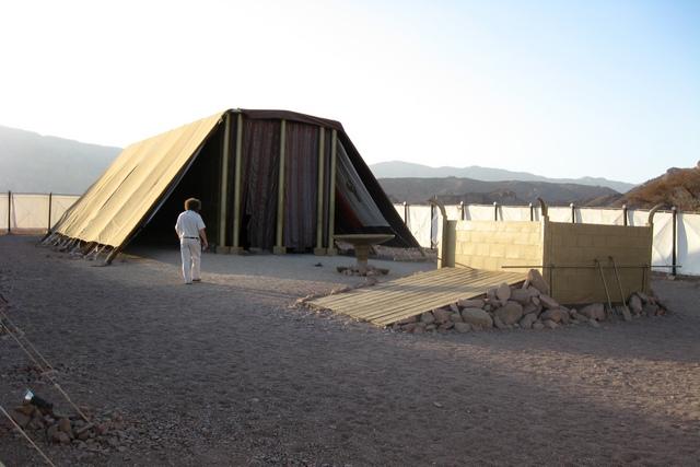 Negev – фотографии современной модели скинии в пустыне Негев.