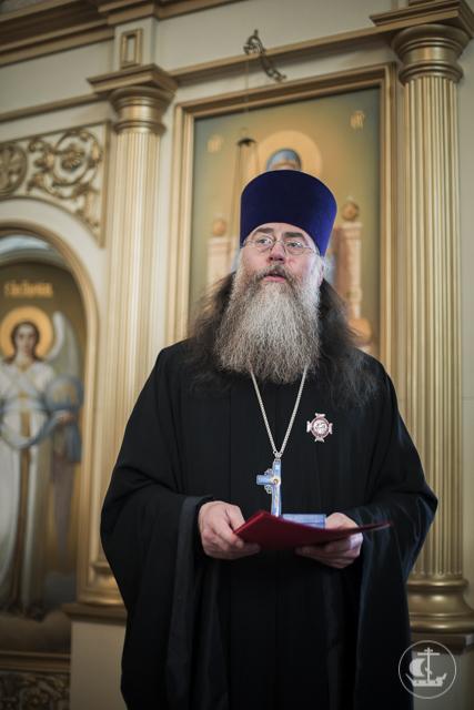 Архиепископ Амвросий поздравил духовника Академии с Днем рождения и вручил ему Патриаршую награду