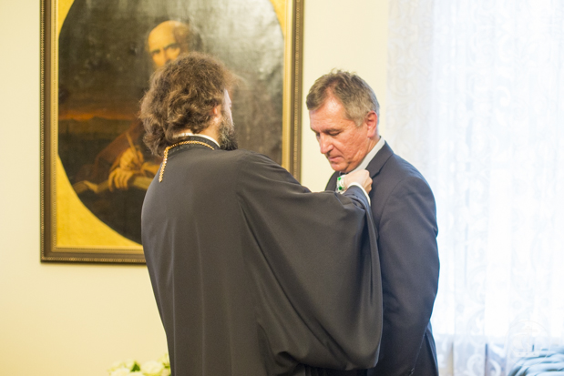 Епископ Амвросий вручил В.А. Луневу орден Русской Православной Церкви