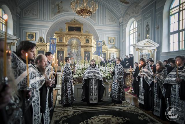 Святая Плащаница положена для поклонения верующих в академическом храме