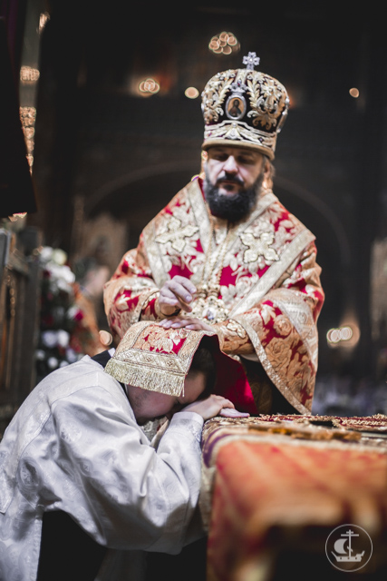 За Литургией в Петропавловском соборе Петергофа архиепископ Амвросий рукоположил во священника аспиранта Духовной Академии