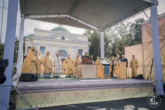 Северная столица почтила память небесного покровителя многотысячным крестным ходом