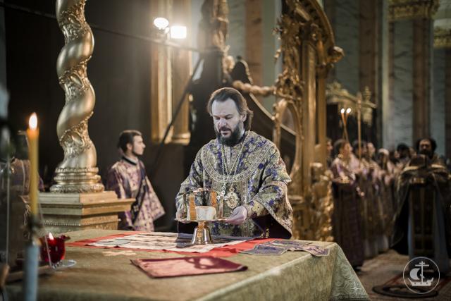 Единство молодости и традиции. Студенты Духовной Академии молились в Петропавловском соборе