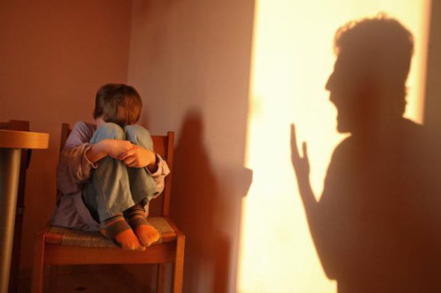 Как родители учат детей бояться