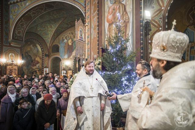 Архиепископ Амвросий совершил Божественную литургию в Петропавловском соборе Петергофа