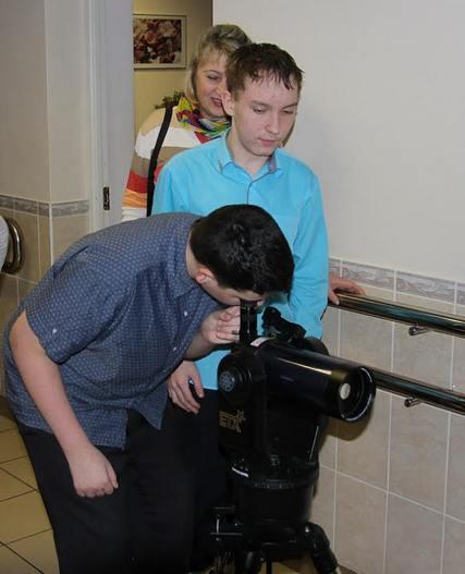 Через тернии к звездам. В школе-интернате №9 начали применять подаренный Духовной Академией телескоп