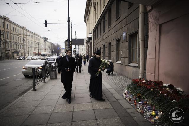 Архиепископ Амвросий возложил цветы у станции «Технологический институт»