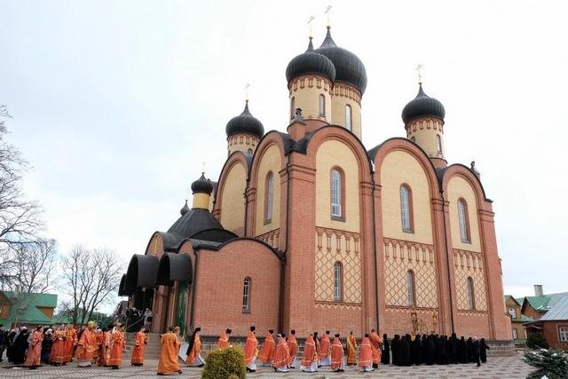 Ректоры двух Академий совершили богослужения в Пюхтицком Успенском монастыре