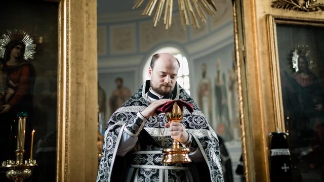 Священник в Академии