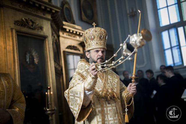 Накануне выпускного дня выпускники и студенты Академии молились в храме Иоанна Богослова за праздничным бдением
