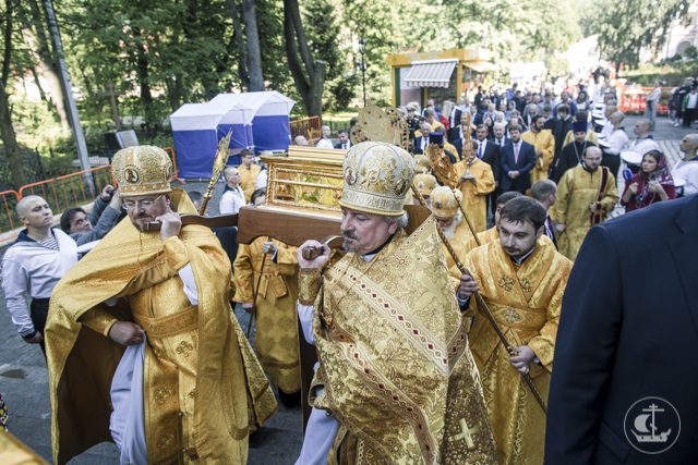 Архиепископ Амвросий сослужил за Божественной литургией у мощей святителя Николая Чудотворца