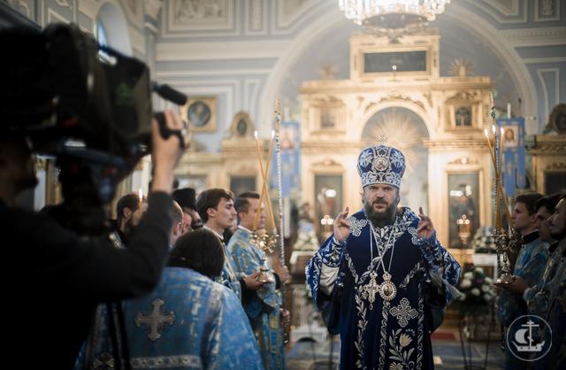 В Неделю 13-ю по Пятидесятнице архиепископ Амвросий совершил воскресные богослужения