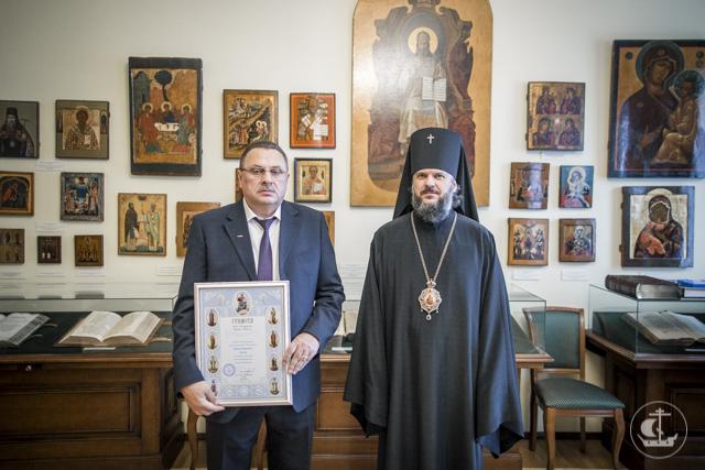 Архиепископ Амвросий наградил благотворителей Академи за помощь учебному заведению