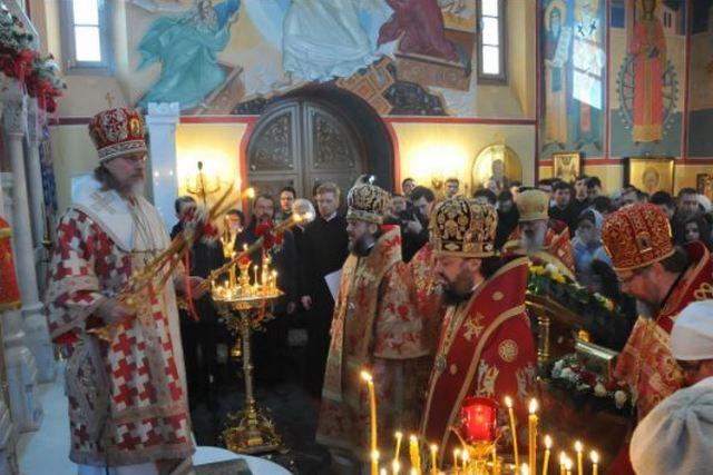 Архиепископ Петергофский Амвросий принял участие в Божественной литургии в храме великомученицы Екатерины в Риме