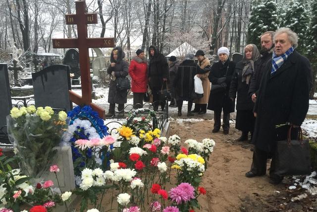 Петр Семёнович Логвинов (справа в пальто) в день похорон своей супруги Людмилы Александровны.