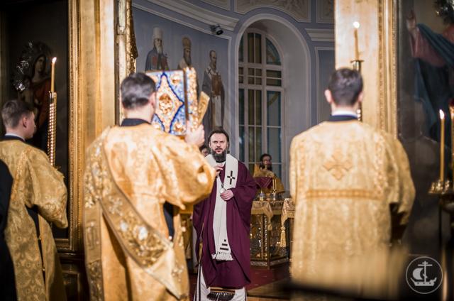 Ночная Божественная литургия стала последним общим воскресным богослужением первого семестра 2017-18 учебного года