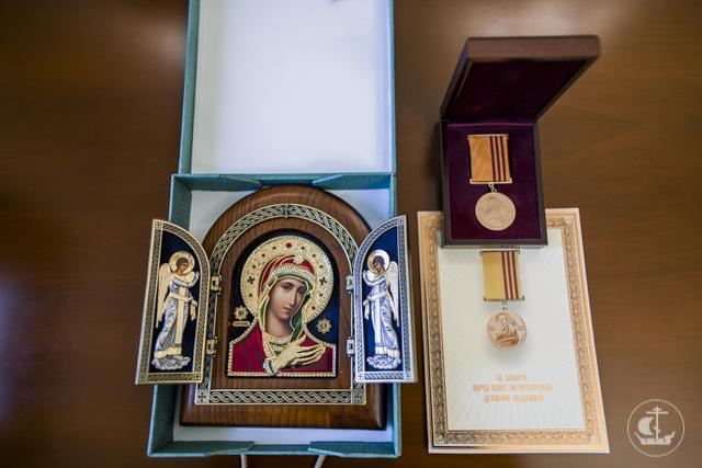 Архиепископ Амвросий вручил награду Д.В. Шмонину