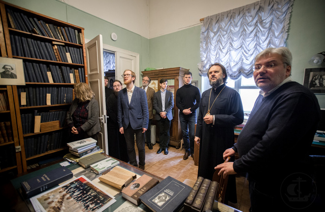 Писатель Евгений Водолазкин провёл для ректора и студентов Духовной Академии экскурсию по Пушкинскому дому