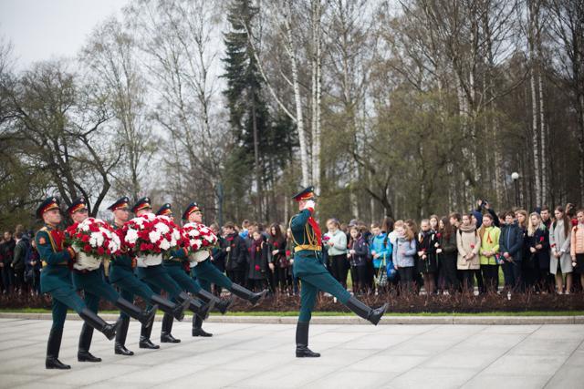 Студенты Духовной Академии возложили цветы на мемориальном Пискаревском кладбище