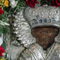 В день памяти святителя Николая Чудотворца в храме Академии вынесли для поклонения частицу мощей святого