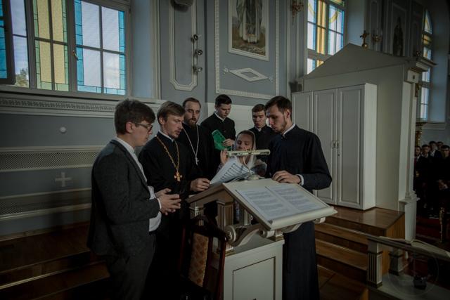 Абитуриенты Духовной Академии молились за праздничными богослужениями в день памяти апостолов Петра и Павла