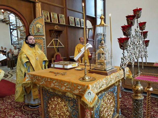 Епископ Петергофский Серафим совершил Божественную литургию в храме Воскресения Христова в Катыни