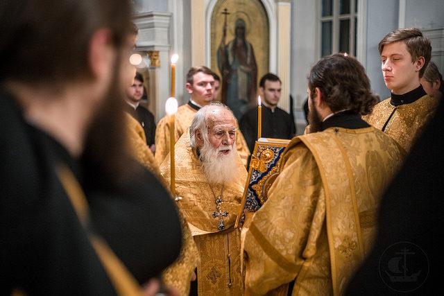 Академии прошли богослужения воскресного дня
