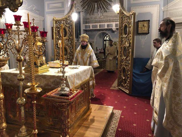 Епископ Петергофский Серафим совершил Божественную литургию в день отдания Рождества Христова