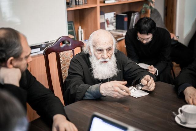 «Богословие истории». В Книжной гостиной Академии прошел круглый стол, посвященный монографии священника Михаила Легеева
